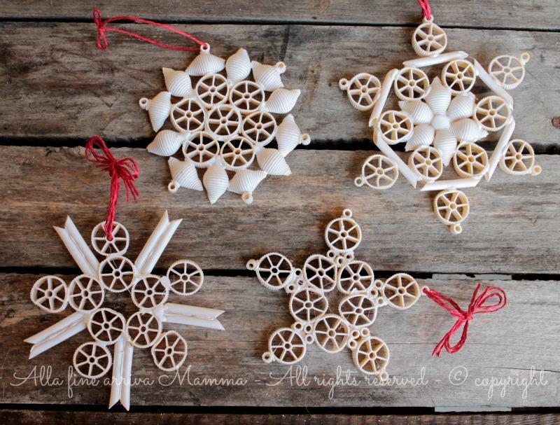 Fiocchi di neve con pasta secca alla fine arriva mamma - Decorazioni natalizie carta ...