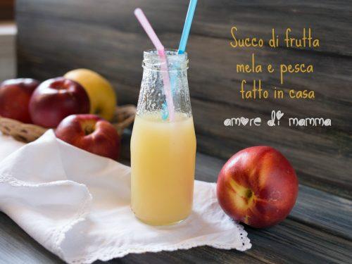 Succo di frutta mela e pesca fatto in casa