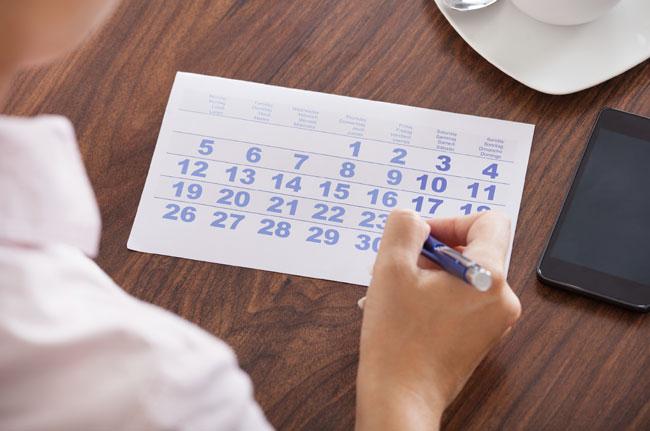 donna con calendario