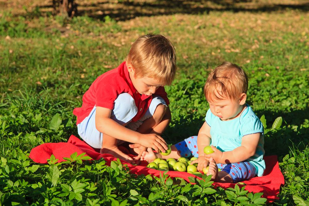 Giochi per bambini piccoli 6 12 mesi all 39 aperto ecomamma for Cortile giochi per bambini