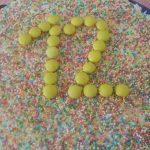 Decorazione facile torta compleanno adatta a maschietti e femminucce (foto)