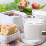 Torta al latte caldo, la ricetta ideale per la colazione e la merenda dei bambini