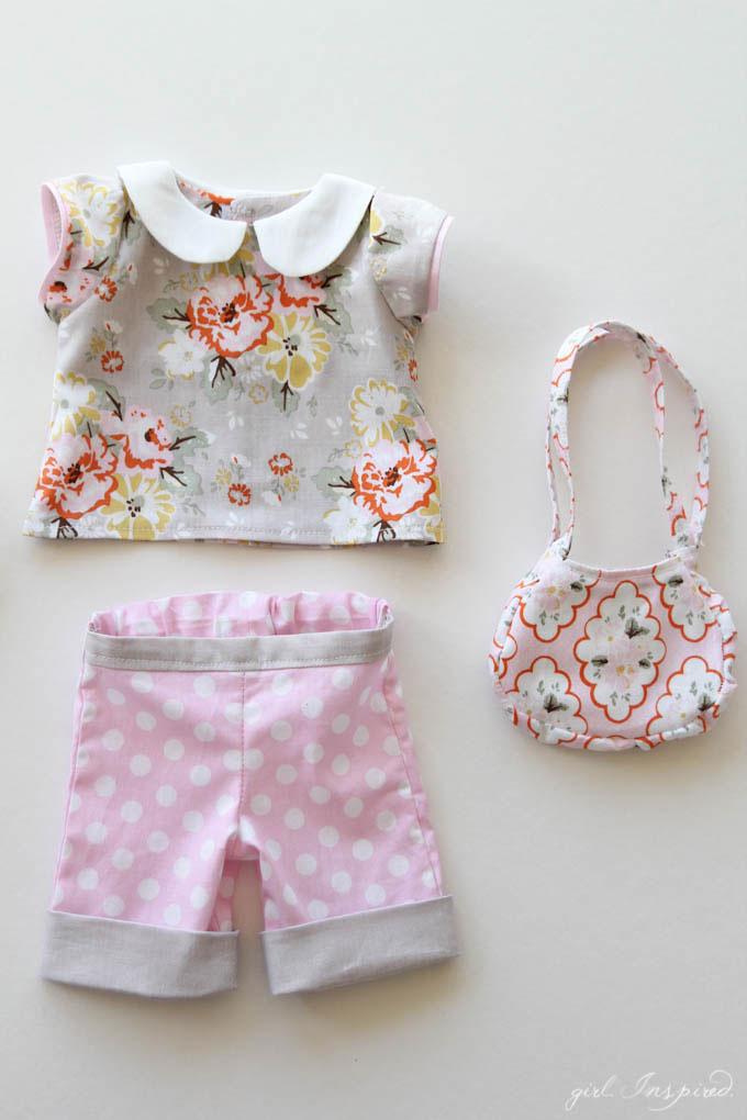 Molto utile è anche il cartamodello per un vestito delle bambole sbracciato  con colletto rotondo. b89f122dbc0