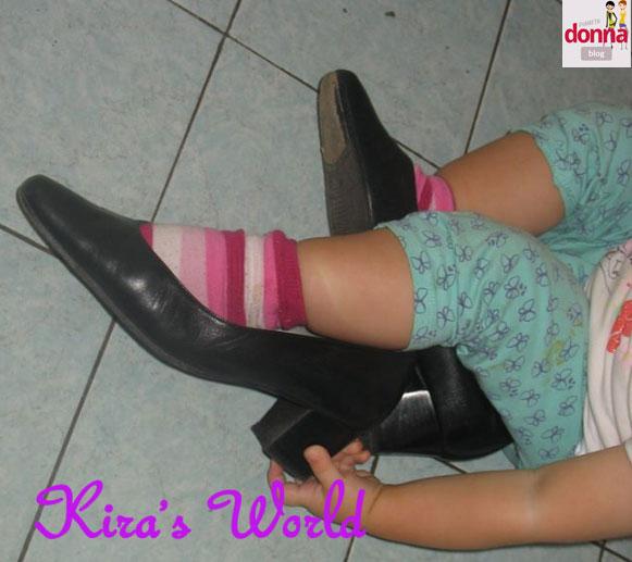 Bambina con le scarpe di mamma
