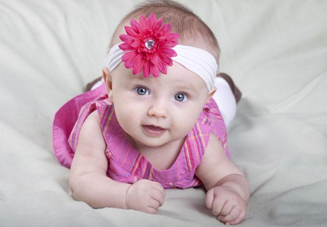 neonata con fiore