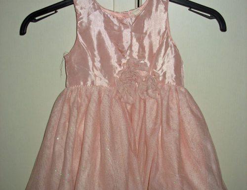 Outfit in rosa per una bambina damigella di nozze