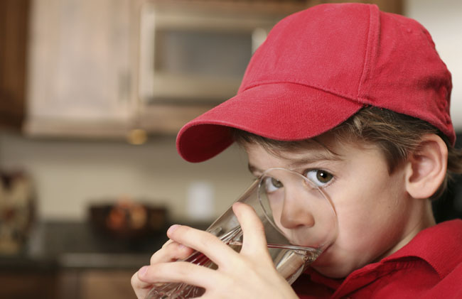 bambino beve acqua