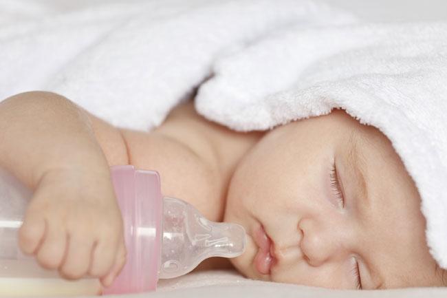 neonata con biberon