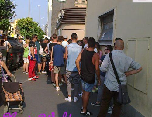 GF14: la folla degli aspiranti gieffini agli Studios