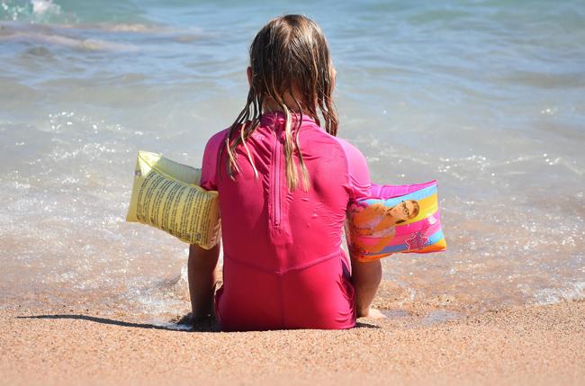 Bambina al mare: come evitare la congestione