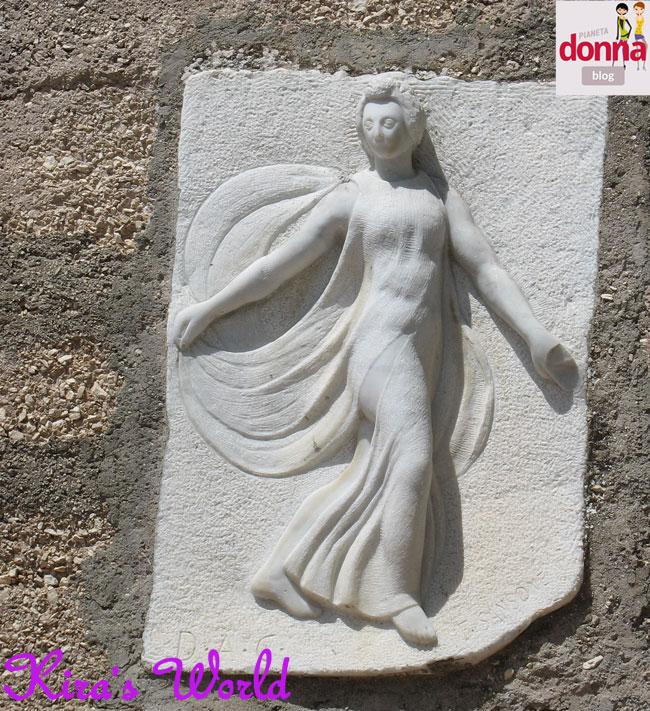 scultura sul muro