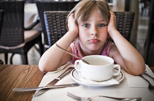 bambina al ristorante