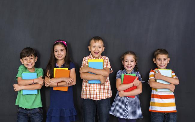 bambini studiano insieme