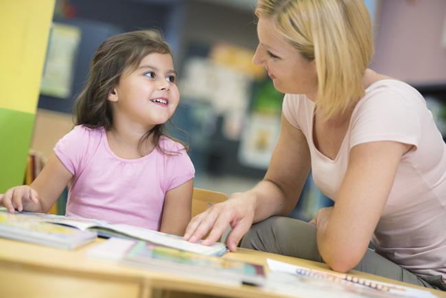 maestra con bambina