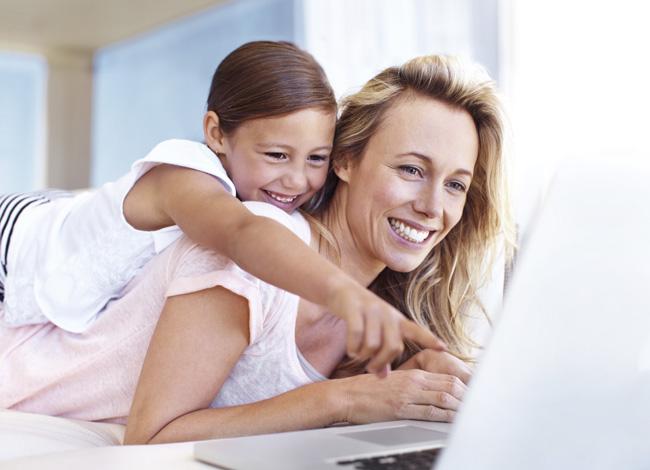 mamma e figlia al pc