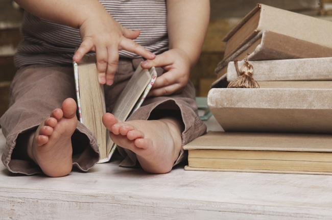 bimbo con libri