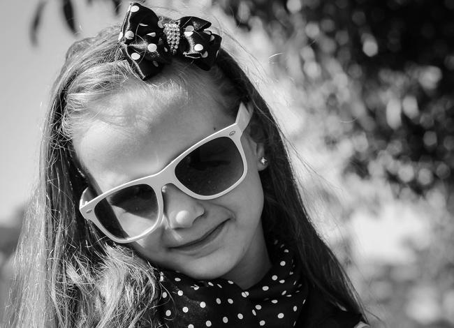 Bambina con buchi alle orecchie