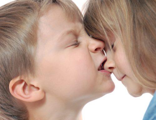 Bambini che mordono e genitori che litigano