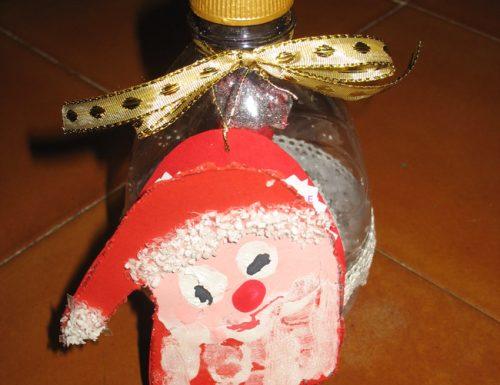 Lavoretto di Natale con una bottiglia riciclata