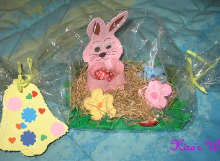 Coniglietto pasquale sull'erba, il lavoretto della scuola materna