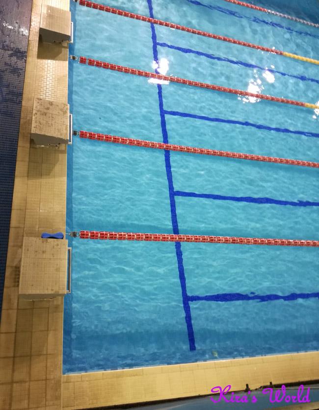 Nuotare da grande in piscina