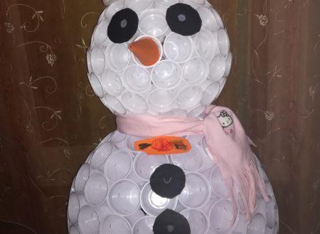 Come fare un pupazzo di neve con bicchieri di plastica