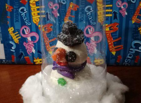 Lavoretto invernale con pupazzo di neve nel bicchiere