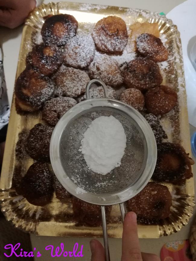 Zucchero a velo sulle frittelle