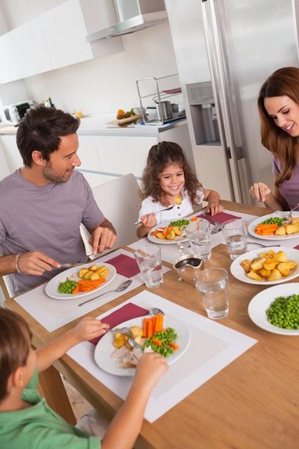 Bambini mangiano verdure