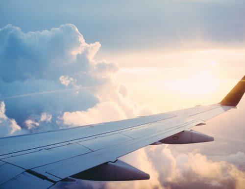 Viaggiare in aereo con i bambini: diritti e rimborsi