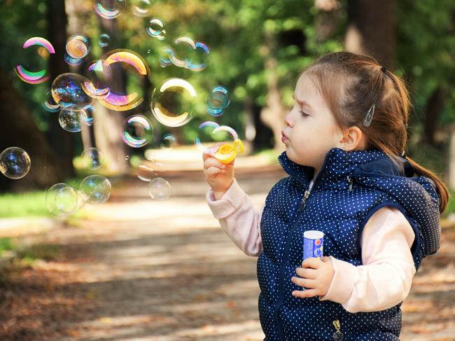 Smettiamola di considerare i bambini dei piccoli untori