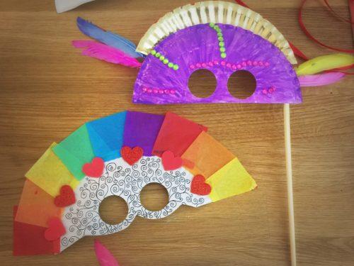 Maschere di carnevale con piatti di carta