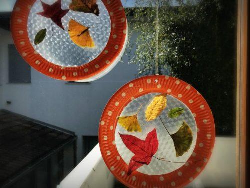 Lavoretto autunnale cornice di foglie