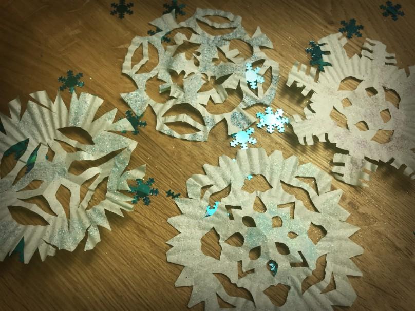 Fiocchi Di Neve Di Carta Facili : Fiocchi di neve con pirottini di carta mammacs