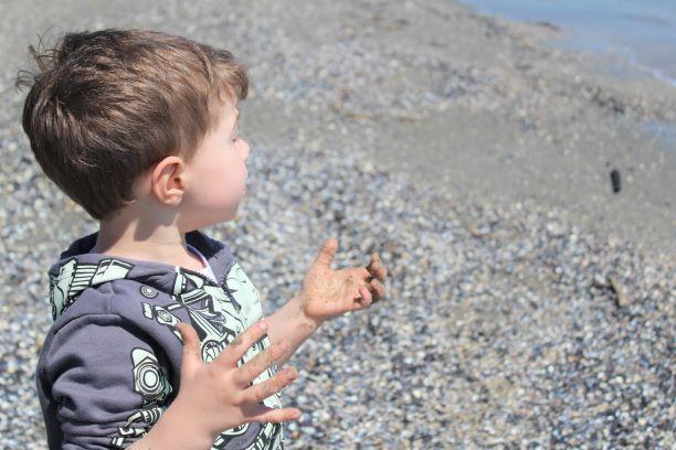 Lasciate i bambini liberi di sporcarsi e conoscere il mondo con le loro mani.