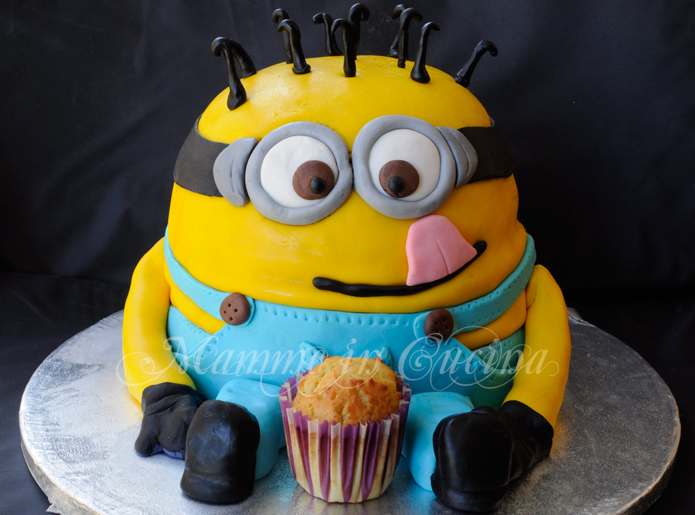 Torta Minions con pasta di zucchero farcita